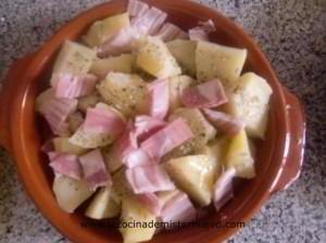 añadir bacon y hornear las patatas