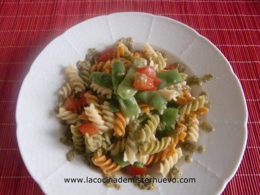 pasta con judías verdes, tomate y pesto de aceitunas