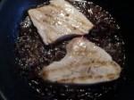 cocinar el bonito con la salsa de cebolla, vino y vinagre de frambuesa