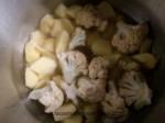 agregar la coliflor, la patata y el caldo de carne