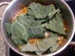 cocinar las berzas con los garbanzos y el caldo de marisco