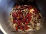rehogar la cebolla, el ajo y el pimiento rojo