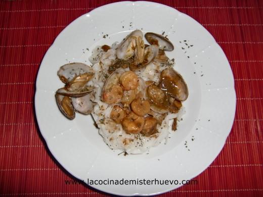 tallarines de arroz con almejas