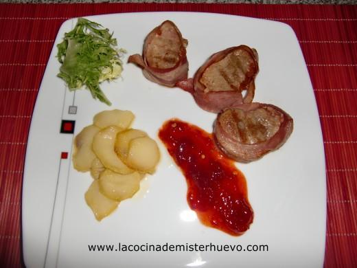 medallones de solomillo envueltos en bacon con dulce pimiento y patata confitada