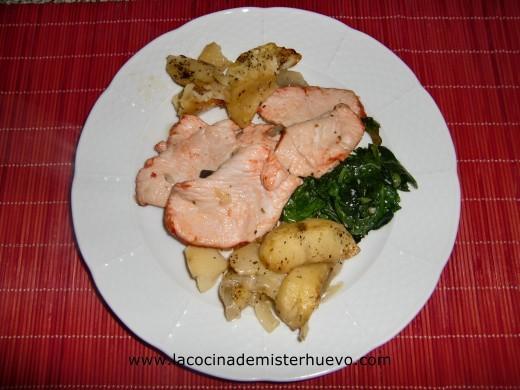 pavo al horno con patatas y espinacas