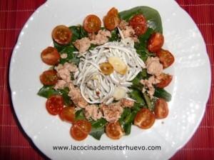 espinacas en ensalada con tomates, atun y gulas