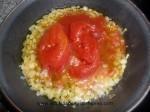 echar tomates al sofrito de cebolla y ajo