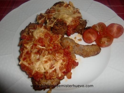 filetes de ternera empanados con tomates y queso