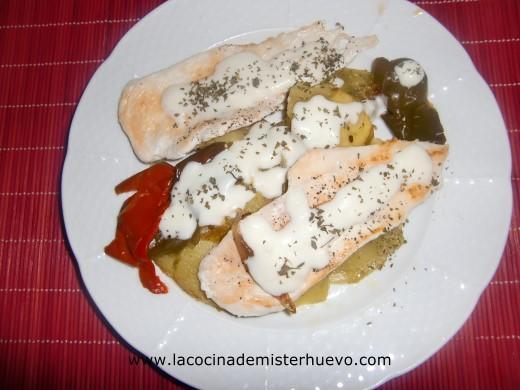 pollo con guarnicion de patatas y pimientos