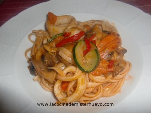pasta con verdura y calamar