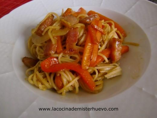 fideos chinos fritos, noodles o chow mein